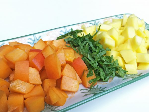 Geschnittene Früchte für die Salsa