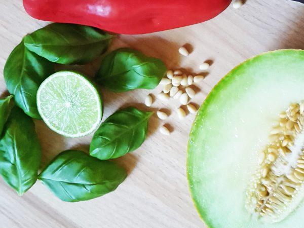 Honigmelone, Limette, Basilikum und Pinienkerne