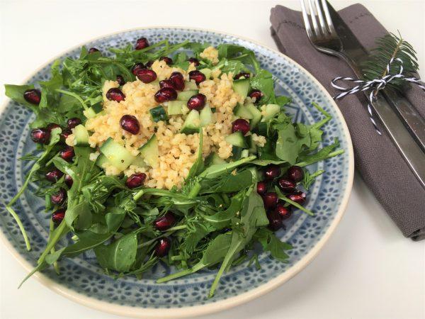 Frischer Kräuter Salat mit Bulgur und Granatapfel