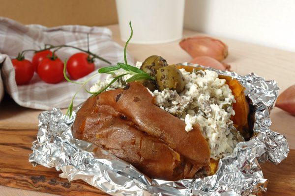 Ofenkartoffel mit Feta, Oliven und mediterranen Kräutern