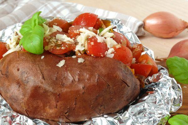 Ofenkartoffel mit Tomaten, Basilikum und Parmesan
