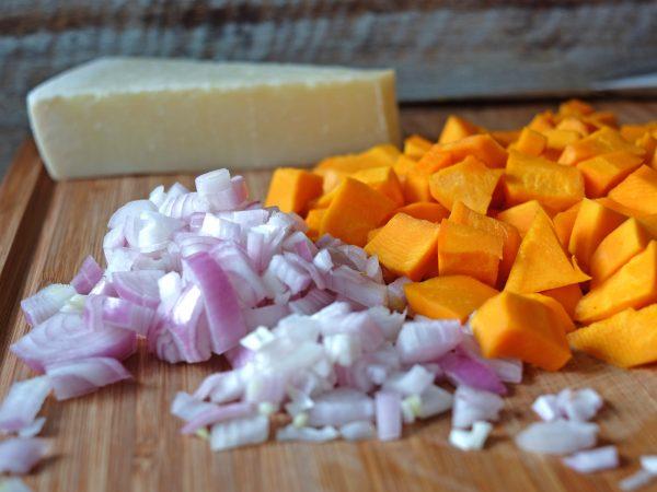 Schalotten,, Kürbis und Pecorino für das Kürbis Risotto