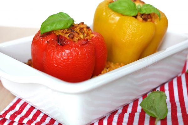 Vegetarisch gefüllte Paprika mit roten Linsen, Datteln und Feta