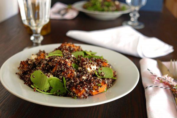 Quinoa Salat mit Süßkartoffel, Frühlingszwiebel, Postelein und Feta Käse