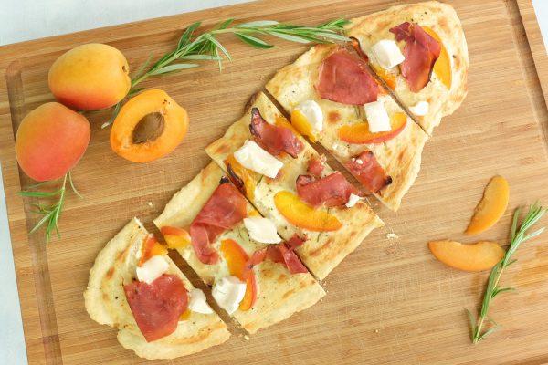 Pizza Bianca mit Aprikosen, Prosciutto und Ziegenkäse