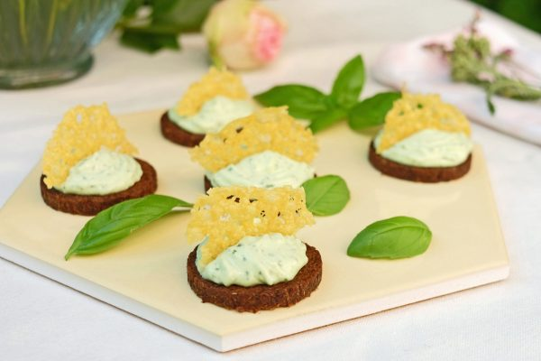 Party Pumpernickel mit Basilikum Creme