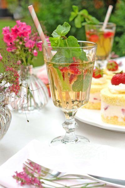 Sommerlicher Sekt Cocktail mit Limette, frischen Beeren und Minze