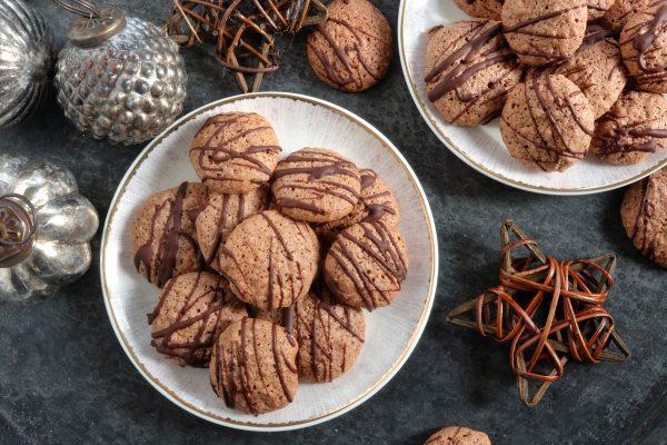 Einfaches Plätzchen Rezept für Weihnachten: Nussmakronen mit Schokolade