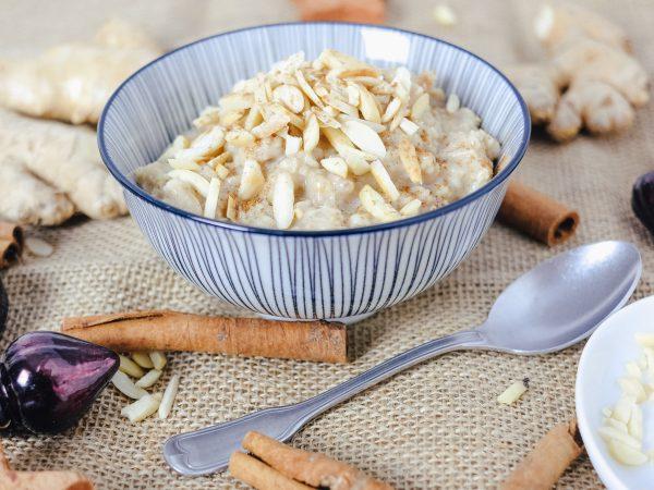 Einfaches Porridge Rezept mit Ingwer und gerösteten Mandeln