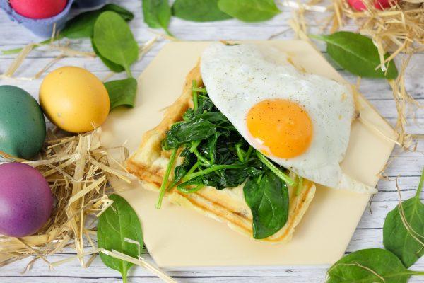 Herzhafte Waffeln mit Spinat und Ei zum Frühstück
