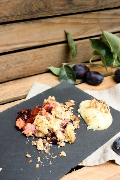 Einfaches Rezept für Zwetschgen Crumble mit Vanillepudding im Herbst