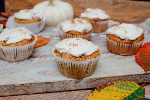 Kürbis Cupcakes mit Frischkäse Topping und Zimt