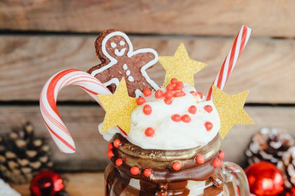 Weihnachtlicher Freakshake Rezept mit Zutatenliste, Tipps und Ideen zum Dekorieren