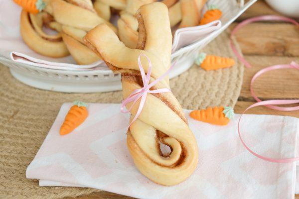 Rezept für Osterhasen aus Hefeteig mit Zimtfüllung für das Osterfrühstück oder Brunch zu Ostern. Hefeteighasen. Hasen