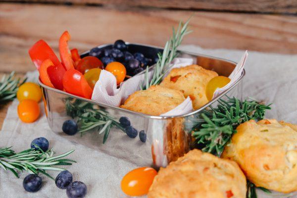Rezept für herzhafte Quarkbrötchen mit Tomaten und Feta