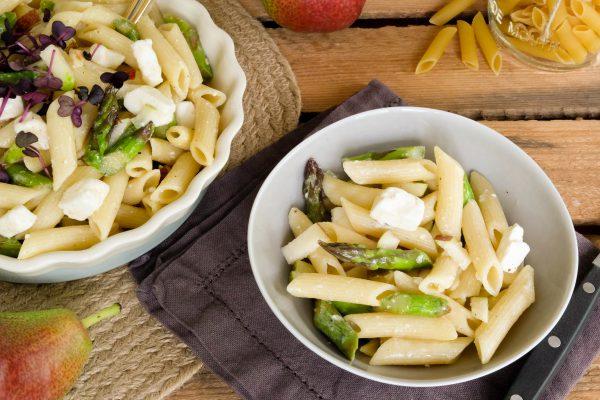 Rezept für Nudelsalat mit grünem Spargel, Feta und Birne. Spargelsalat als Beilage zum Grillen, fürs Party Buffet oder das BBQ. Einfacher Salat und schnell zubereitet.
