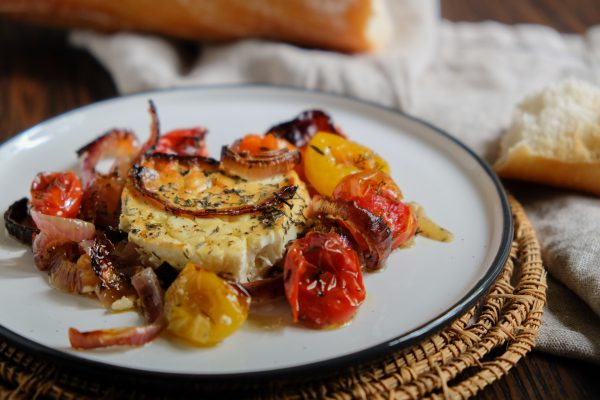 Einfaches Tapas rezept griechisch gebackener Feta Käse mit geschmorten Tomaten und Zwiebeln