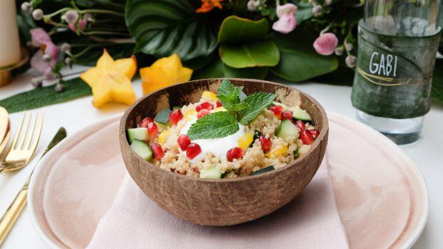 Exotischer Couscous Salat mit Granatapfel Kernen und Minze