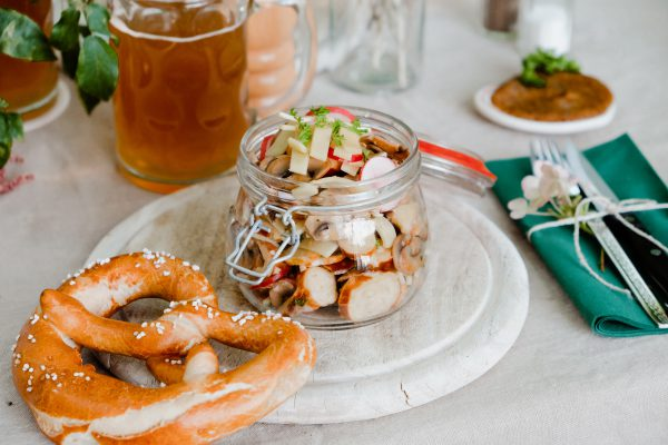 Bayrischer Brezen Salat mit Bergkäse, Pilze und Radieschen