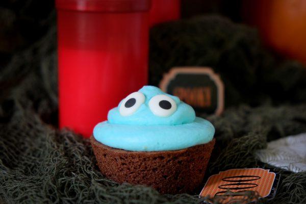 Blauer Monster Cupcake mit Zuckeraugen