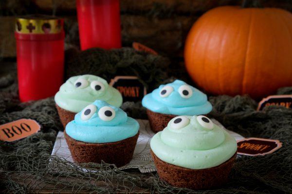 Blaue und grüne Monster Cupcakes mit Zuckeraugen