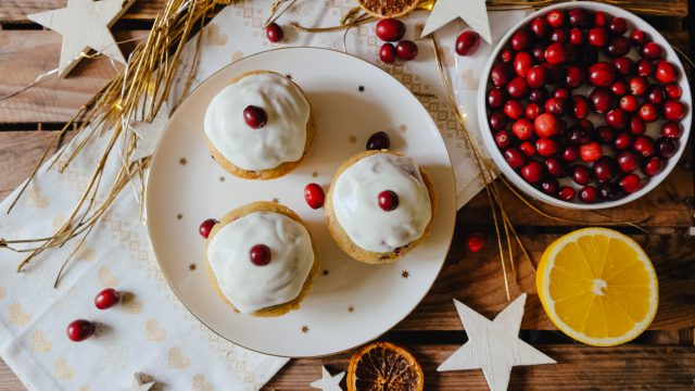 Orange Cranberry Muffins auf Teller, firsche Cranberries, Orangen