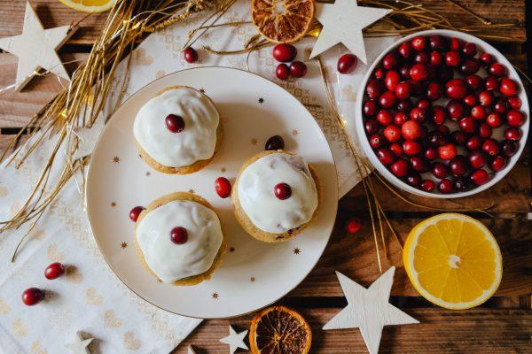 Orange Cranberry Muffins mit Frischkäse Glasur auf Teller
