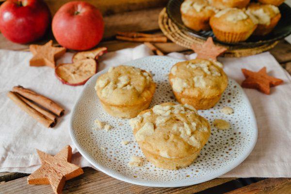 Apfel Muffins mit Streusel auf Teller