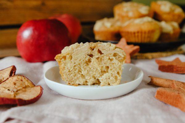 Apfel Muffin mit Streusel aufgeschnitten auf Teller