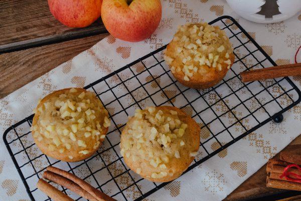 Saftige Apfel-Muffins mit Marzipan und gehackten Nüssen