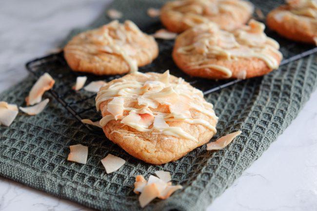 Kokos-Cookies mit Kokos Chips, weißer Schokolade und Mandeln