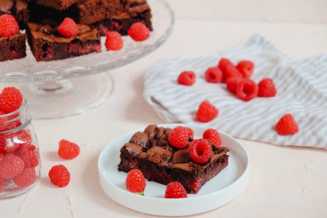 Rezept für saftige Brownies mit Himbeeren und weichem Kern