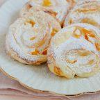Süße Blätterteigteilchen mit Quark-Aprikosen-Füllung