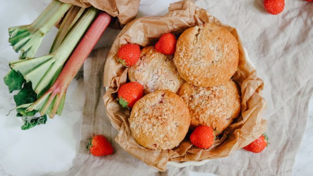 Saftige Erdbeer-Rhabarber-Muffins mit Kokos