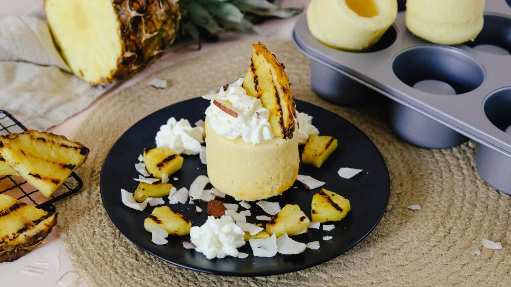 Cake Cups gefüllt mit Kokoscreme und mit gegrillter Ananas serviert.
