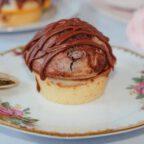 Saftiger Marmor-Muffin auf Teller mit Löffel