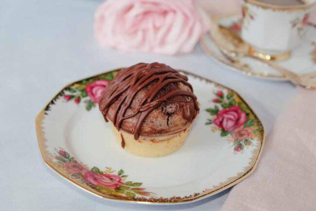 Saftiger Marmor-Muffin mit Schokoschlieren dekoriert