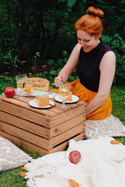 Picknick im Freien mit Apfel-Käsekuchen mit Streusel