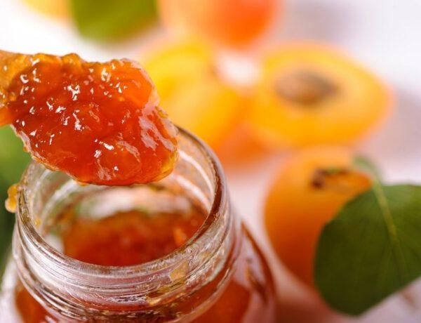 Aprikotieren von Kuchen Torten und Gebäck mit Aprikosenkonfitüre